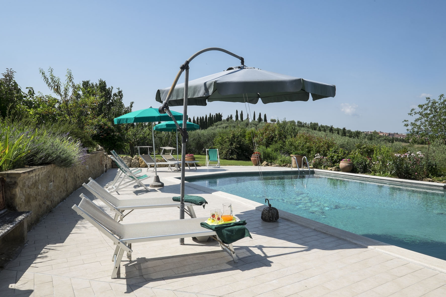 https://www.gastintoscane.nl/data/images/la-farneta/piscina-9.jpg